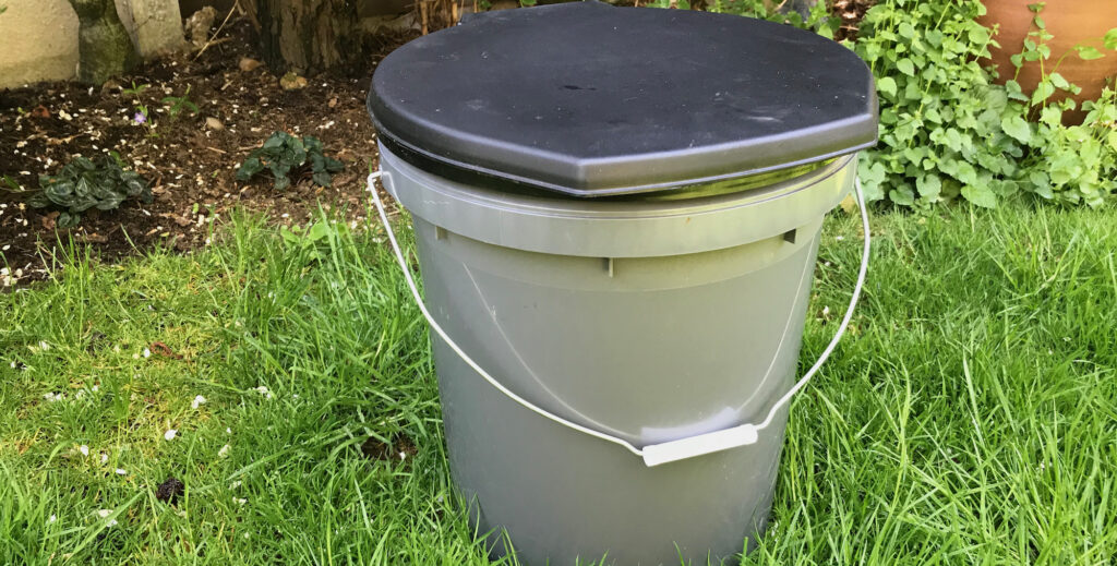 Simple humanure compost toilet by ecraftsmen.co.uk
